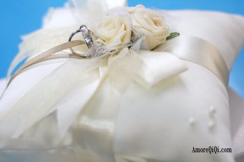 Wedding Pillow which come with Wedding Band. Nice ! I like it :)